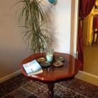 Utrustat med lite ljus, växter och saker att läsa